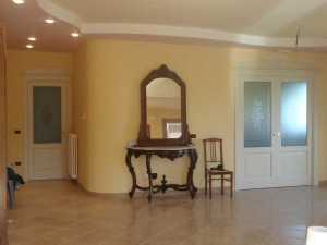 Installazione di porte interne in legno massello in abitazione privata