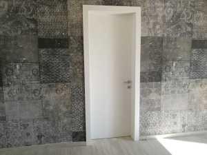 Installazione di porte interne in legno tamburate in abitazioni private Flessya