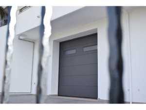 Installazione di portoni garage sezionali Hörmann in abitazioni private in Lecce e provincia