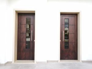 Installazione presso nuova abitazione di portoni in legno Fiore Ebanisteriacertificati CE