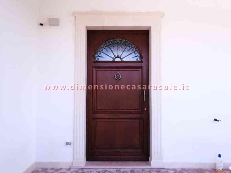 Portone d'ingresso in legno massello di Rovere tinto noce con grata in ferro battuto