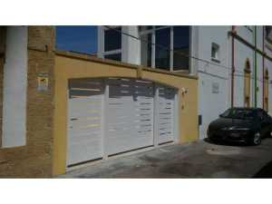 Realizzazione e installazione di cancelli in abitazioni private sia in legno che in ferro battuto