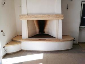 Realizzazione di rivestimento in legno per camino in abitazione privatain rovere, castagno o frassino