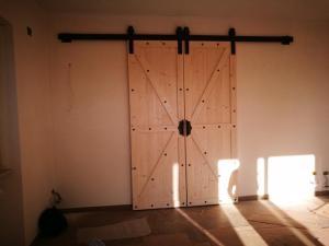 Realizzazione su misura di porte in legno scorrevoli stile granaiomodello americano