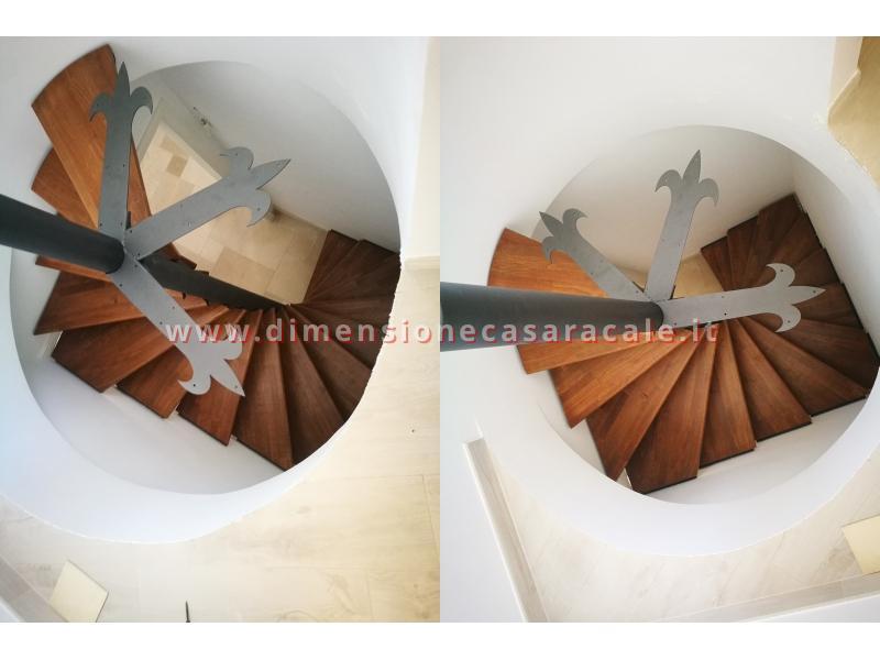 Realizzazione su misura di scala a chiocciola da interno con struttura metallica e gradini in legno 12