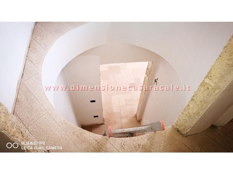 Realizzazione su misura di scala a chiocciola da interno con struttura metallica e gradini in legno 1