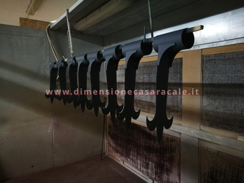 Realizzazione su misura di scala a chiocciola da interno con struttura metallica e gradini in legno 2