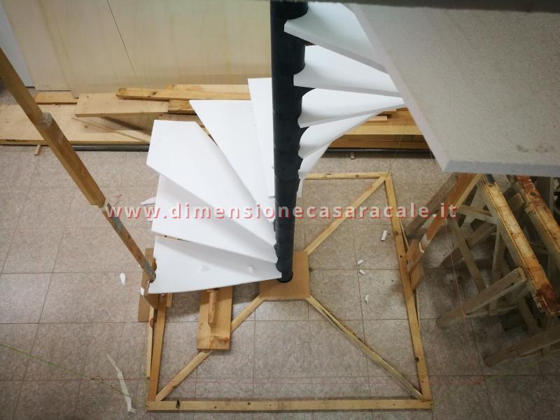 Realizzazione su misura di scala a chiocciola da interno con struttura metallica e gradini in legno 6