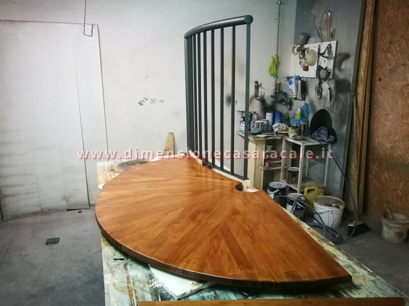 Realizzazione su misura di scala a chiocciola da interno con struttura metallica e gradini in legno 8