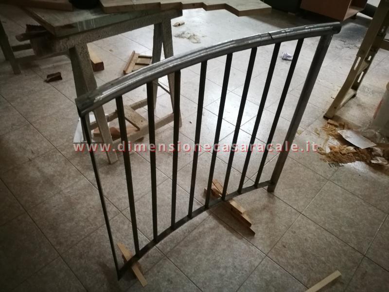 Realizzazione su misura di scala a chiocciola da interno con struttura metallica e gradini in legno 9